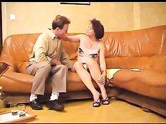 Зрелая интеллигентка с обвисшими сиськами впервые снимается в любительском порно с коллегой