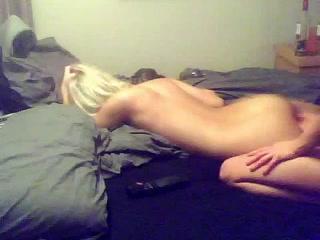 Домашний лесбийский секс с грудастой брюнеткой и озабоченной блондинкой великолепен