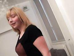 Грудастая француженка ради двойного проникновения пришла к друзьям для секса втроём и получила во все щели