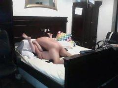 Зрелая дама в чулках, желающая домашнего секса засветилась в спальне соседа, где стоит скрытая камера