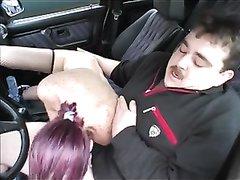 Зрелая рыжая немка сосёт член водителя на природе, чувствуется немалый опыт в оральном сексе