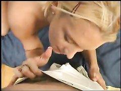 Любительский минет от ненасытной блондинки в видео от первого лица, рекламирующем её оральные способности