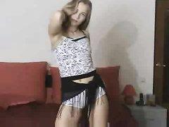 Молодая модель с длинными волосами разделась для домашнего видео, чтобы показать все прелести своей фигуры