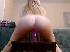 Любительское видео с блондинкой, оседлавшей большой дилдо на стуле для отработки позы наездницы