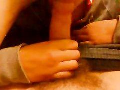 Жадная до члена молодая подруга на видео от первого лица отсасывает ствол, желая продегустировать сперму