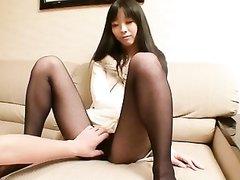 Азиатка с маленькими сиськами заводится от вибратора для съёмок домашнего порно со знакомым с окончанием внутрь