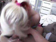 Любительское порно с немецкой блондинкой, сосущей член незнакомца и дразнящей его круглой попой