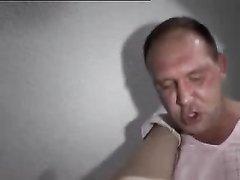 Молодая блондинка соблазнила зрелого хахаля в любительском порно и он трахнул её бритую киску