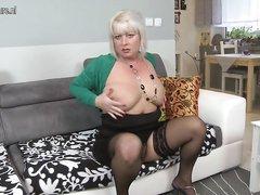 Зрелая и полная блондинка для домашнего секса пригласила молодого и мускулистого коллегу с работы
