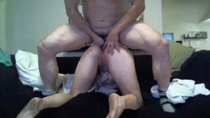 Домашний анальный секс на вебкамеру, муж лижет анус жене и вгоняет туда член, а также суёт в попу голубой дилдо