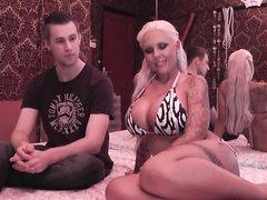 Домашнее порно с гламурной немецкой блондинкой, чувак трахает татуированную шлюху с силиконовыми сиськами