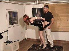 Видео с домашним БДСМ с супружеской парой, жена со связанными руками стоит в полу наклоне, а муж трахает