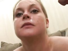 Красивая дама от души отсосала член молодого хахаля и пара приступила к домашнему сексу с окончанием на лицо