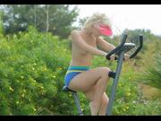 Модель блондинка в горячем видео, катаясь на велотренажёре полностью разделась, блеснув прелестями