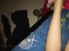 Красотка с силиконовыми сиськами в полусонном видео в любительском видео отсасывает член и трахается в позе на карачках