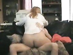 Жадно отсосав член зрелая блондинка, жаждущая домашнего секса оседлала своего выносливого партнёра