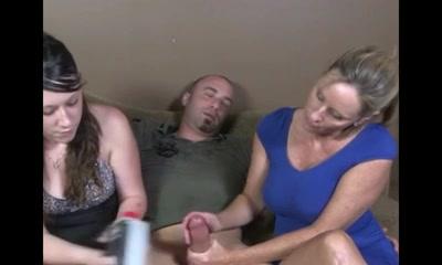 Зрелая инструкторша по сексу показывает молодой клиентке как надо мастурбировать член