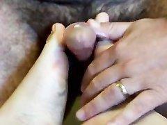 Домашний фут фетиш с нежными ступнями снят на видео, а также мастурбация члена руками