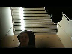 Через скрытую камеру можно смотреть на переодевающуюся красотку с фигурной попой