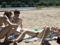 Худая потаскуха пришла на природу, чтобы в видео показать свой отдых пол солнцем