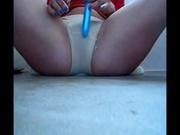 Латинка секс игрушкой поверх намокающих трусиков дрочит киску и сочно кончает