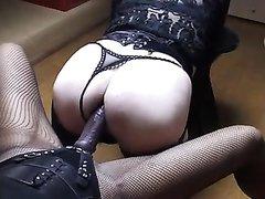 Любительское женское доминирование с анальным сексом от госпожи с большим страпоном