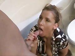 Грудастая зрелая немка пригласила друга в ванную для дружеского орального секса и отсосала