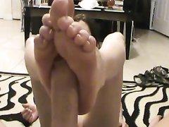 Домашний фут фетиш от жены был снят на видео, она прекрасно дрочит мужу член ногами