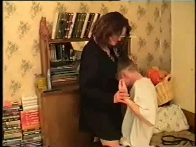 Молодой мастер поддался чарам зрелой русской дамы с большими сиськами, желавшей секс
