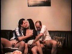 Любительское итальянское порно втроём на диване в приятной интимной обстановке