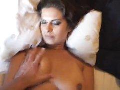Грудастая парижанка в ходе домашнего секса использует дилдо, чтобы обязательно кончить