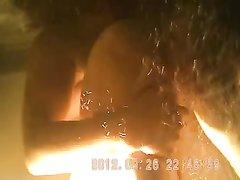 Скрытая камера в бассейне под водой снимает любительское видео с полноватой женщиной