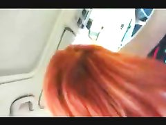 Рыжая бестия в любительском видео оседлала член водителя в салоне тесного автомобиля