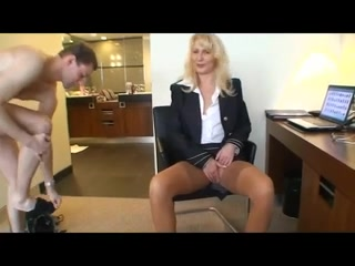 Зрелая бизнес леди в чулках вызвала в кабинет сотрудника для офисного секса и заставила лизать