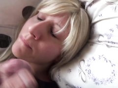 Немецкая блондинка утром рано подкрепилась спермой, муж снял на видел мастурбацию члена и окончание на лицо
