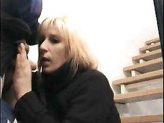 В домашнем порно смазливая блондинка отсасывает член любимого возле лестницы и встаёт в наклон