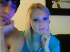 Стройная блондинка с маленькими сиськами на вебкамеру онлайн трахается с другом