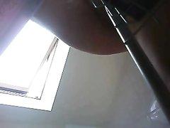 Видео зрелой и немного упитанной немки в голом виде с нижнего ракурса со скрытой камеры