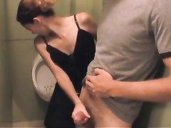 В любительском порно заботливая жена в туалете мастурбирует член мужа, у которого бессонница из-за эрекции