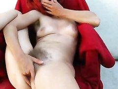 Рыжеволосая зрелая парижанка дрочит на камеру волосатую щель, желая кончить для домашнего видео