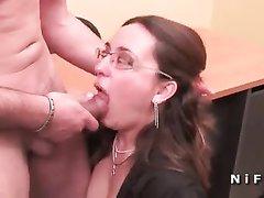 Толстая секретарша в чулках готова бесплатно трахаться с похотливым боссом не только в рот, но и в попу в разных позах