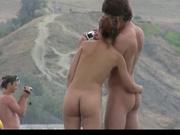 Оператор подглядывает и снимает на видео несколько голых супружеских пар на природе