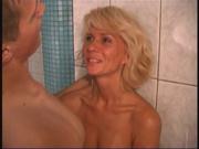 Чувак любит зрелую русскую блондинку и пригласил её в сауну для любительского секса