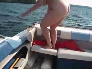 Взял жирную шлюху, чтобы снять любительское порно на прогулочной яхте и кончил на лицо