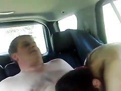 Зрелый и толстый водитель в салоне машины долбит бесплатно молодую проститутку