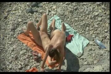 Любительское порно супружеской парочки со скрытой камеры на каменистом и безлюдном пляже