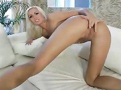 Любительское порно от худой блондинки, устроившей в позе на карачках анальную мастурбацию и фистинг