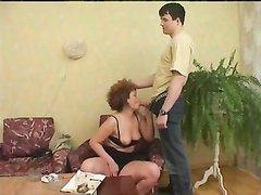 Молодой фотограф поддался зрелой русской леди, желавшей домашнего секса с кунилингусом