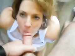 Зрелая итальянка с большими сиськами в домашнем порно сосёт длинный член до блеска, обрабатывая язычком головку