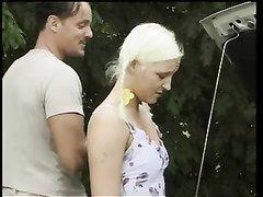 Любительское немецкое порно на природе с молодой блондинкой, удовлетворившей водителя
